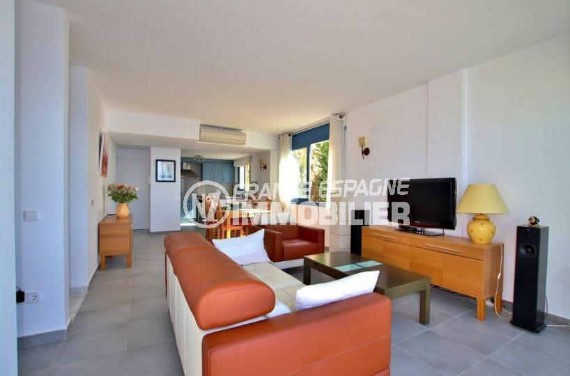 achat roses espagne: villa 255 m², salon / séjour avec cuisine américaine