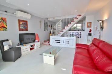 vente immobilière rosas: villa 4 pièces 100 m², salon moderne avec bel escalier