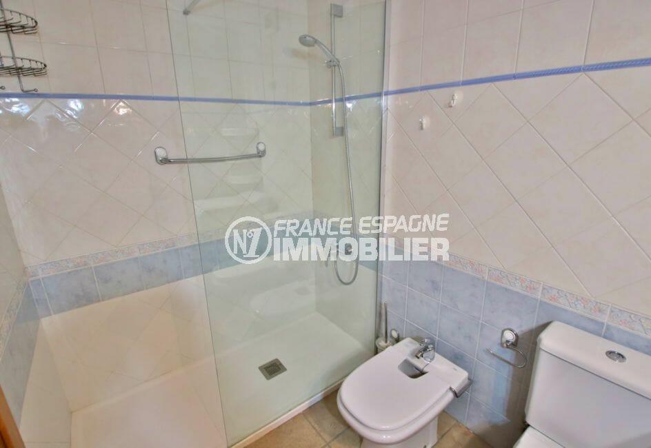 vente appartement costa brava, 4 pièces 69 m², salle de bain avec douche et bidet