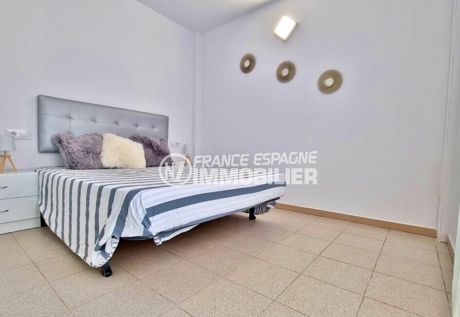 agence immobiliere roses: appartement 51 m², chambre avec lit double, applique murale