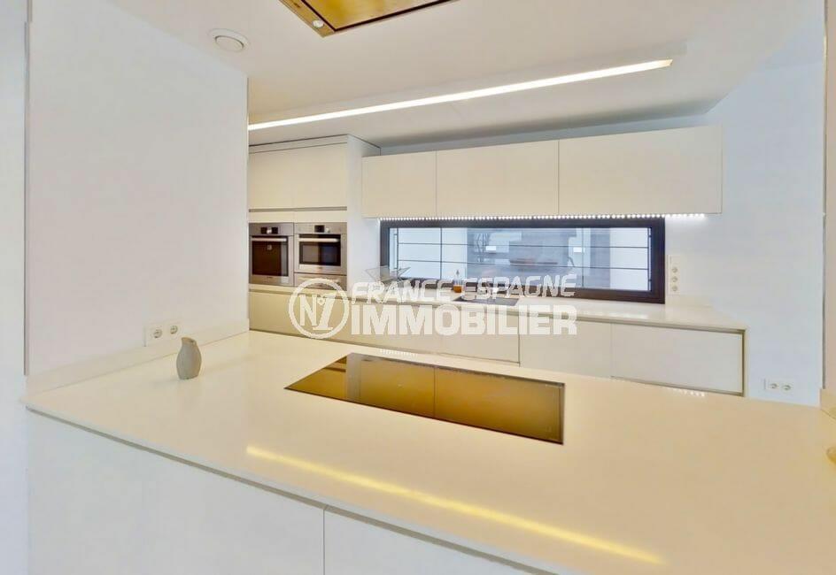 agence immobilière costa brava: villa 235 m², cuisine américaine aménagée, passe-plat