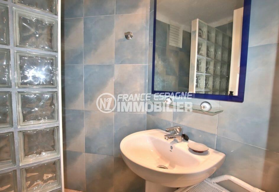 agence immobilière roses: appartement 72 m², salle d'eau avec douche