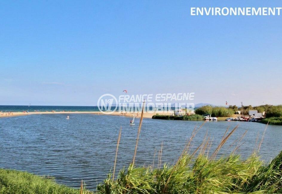 la plage d'empuriabrava avec ses eaux transparentes et son sable blanc