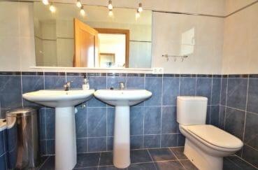 la costa brava: appartement 97 m², salle de bain parentale avec 2 vasques séparées, wc