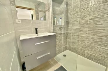 immocenter empuriabrava: 3 pièces 48 m², salle de bain moderne avec baignoire