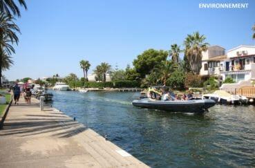 embarcation sur un bateau à moteur pour une balade le long du canal d'empuriabrava