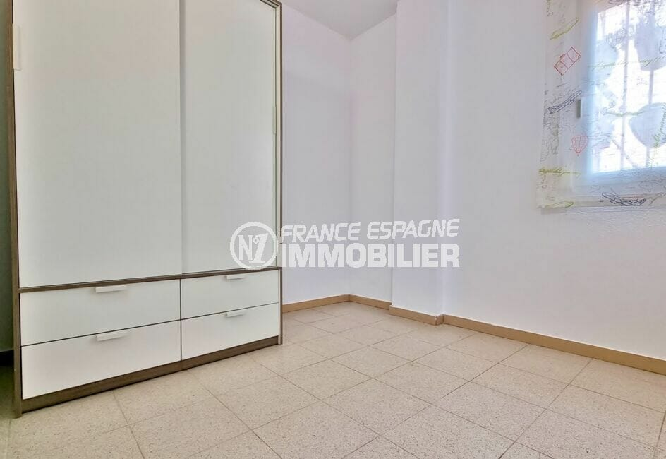 rosas immo: appartement 51 m², chambre à coucher lumineuse avec armoire / penderie