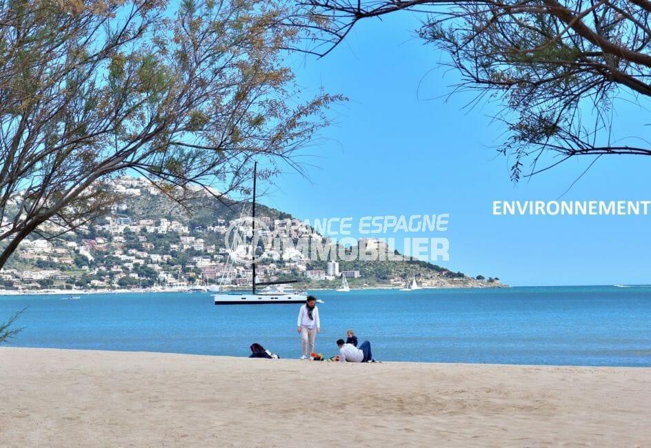 moment de détente sur la plage de roses, sable fin et vue imprenable