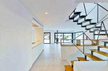 vente empuriabrava: villa 235 m², escalier colimaçon moderne en bois et métal