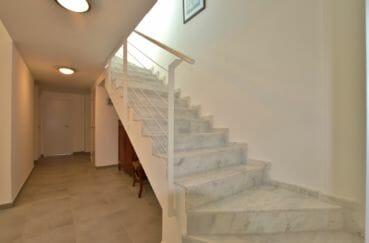 achat immobilier roses: villa 255 m², hall d'entrée avec escalier pour accéder à l'étage