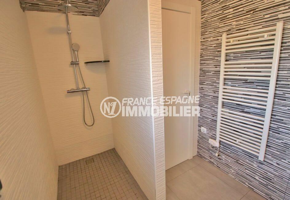immo center rosas: appartement 3 chambres 74 m², salle d'eau avec douche romaine