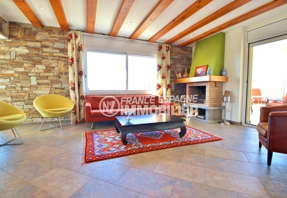 achat maison roses espagne, 294 m² en 3 appartements avec piscine, séjour avec cheminée