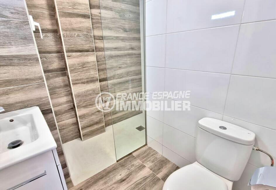 roses immobilier: appartement 51 m², jolie salle d'eau avec douche et wc