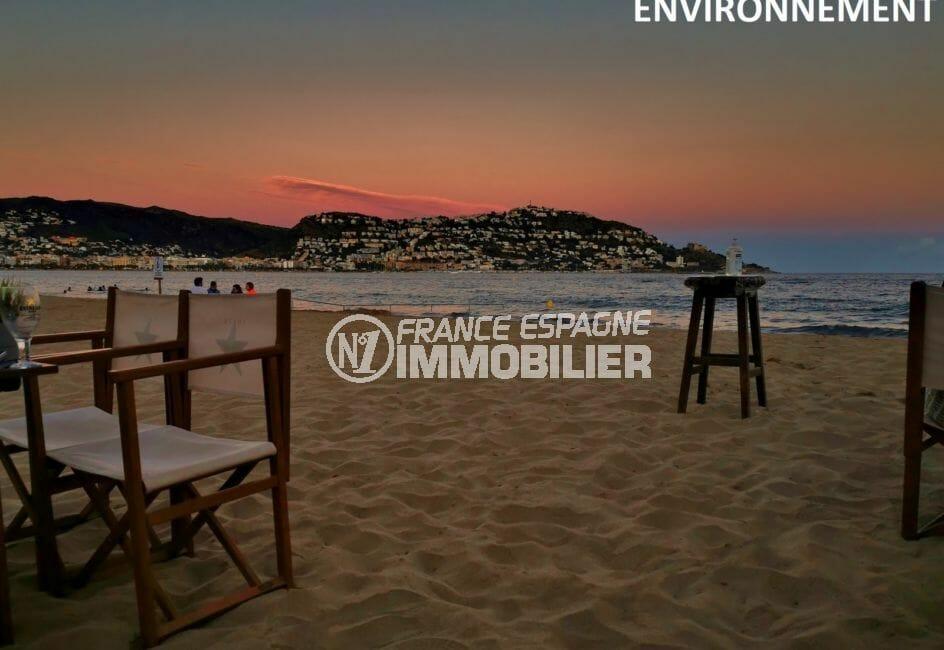 coucher de soleil romantique sur la plage de Rosas