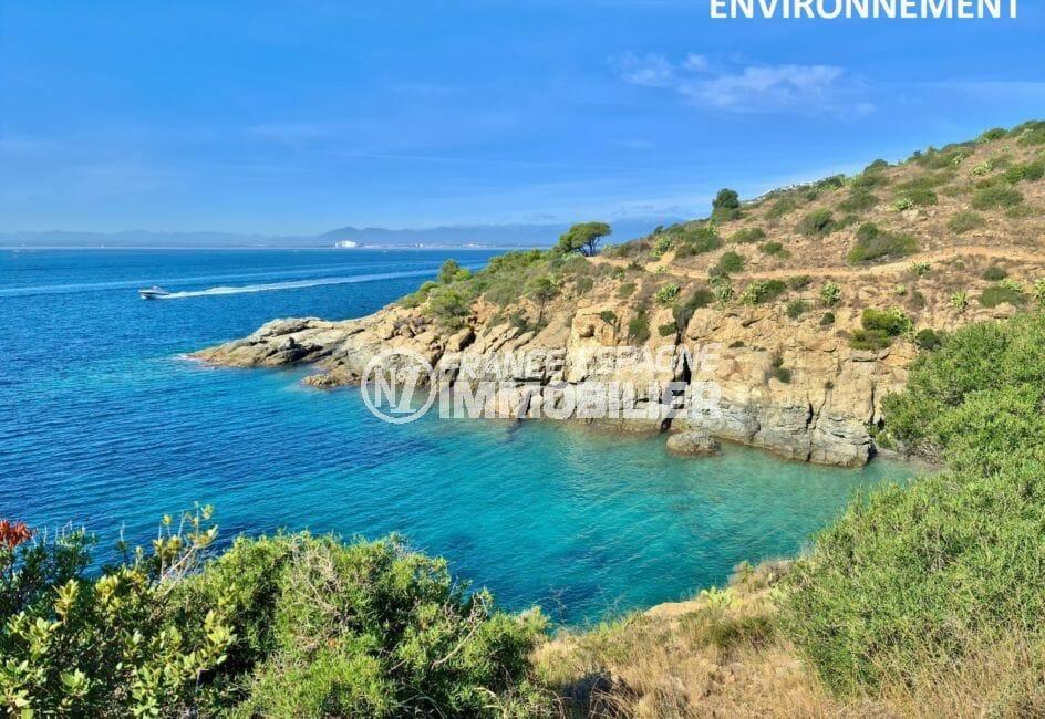 petits sentiers côtiers pour une randonnée avec une magnifique vue sur les eaux bleues