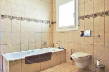 maison a vendre a empuriabrava, villa 168 m², salle de bain carrelée avec baignoire, wc