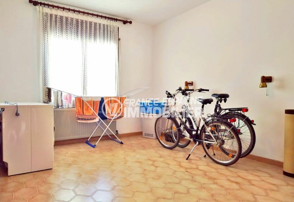 achat maison empuriabrava, 168 m², pièce spacieuse pour buanderie et rangement vélos