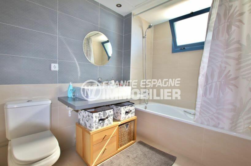 achat maison espagne rosas, 255 m² vue mer, salle de bain avec baignoire et wc