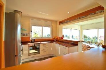 achat maison costa brava bord de mer, 294 m² en 3 appartements avec piscine, cuisine ouverte équipée