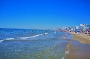 station balnéaire, la plage de roses avec ses eaux transparentes et son sable fin