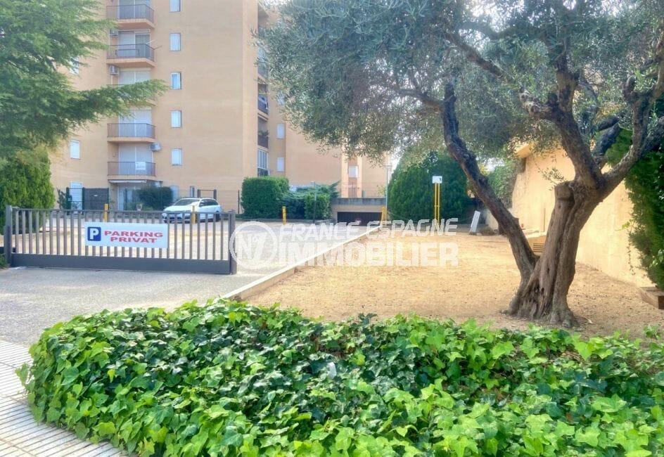 immo center roses: appartement 51 m², résidence avec piscine et terrain de pétanque