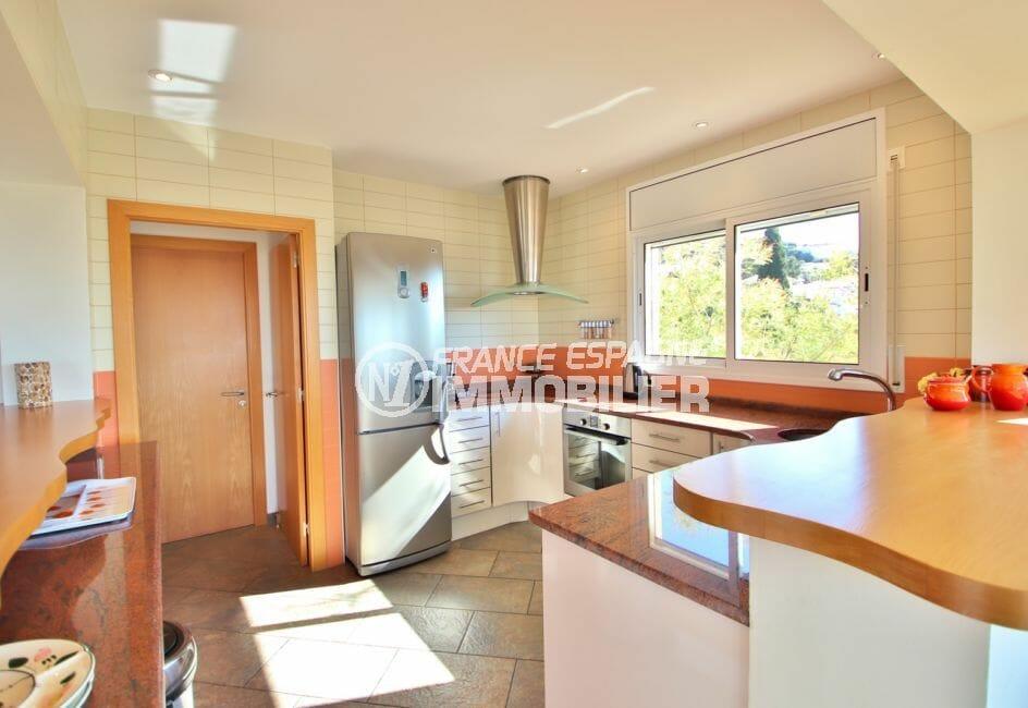 la costa brava: villa 294 m² en 3 appartements avec piscine, cuisine américaine, hotte moderne