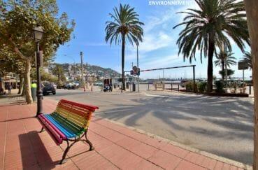 la rambla de roses avec sa plage, ses  restaurants, commerces et parking public