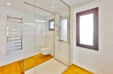 vente maison empuriabrava avec amarre, 235 m², salle d'eau avec douche et wc