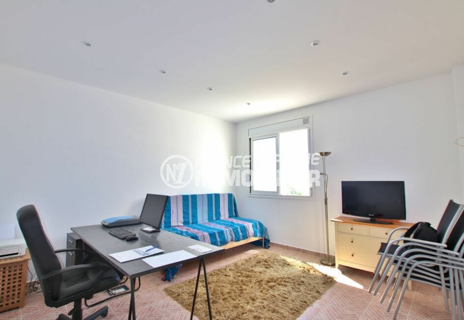 maison roses espagne, 255 m², beau bureau avec spots led au plafond