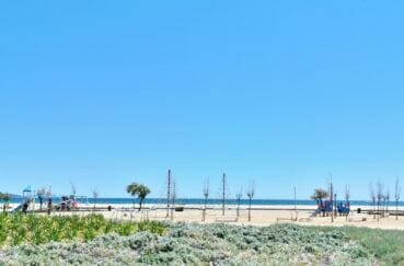 belle plage d'empuriabrava avec ses airs de jeux pour les enfants et son sable fin