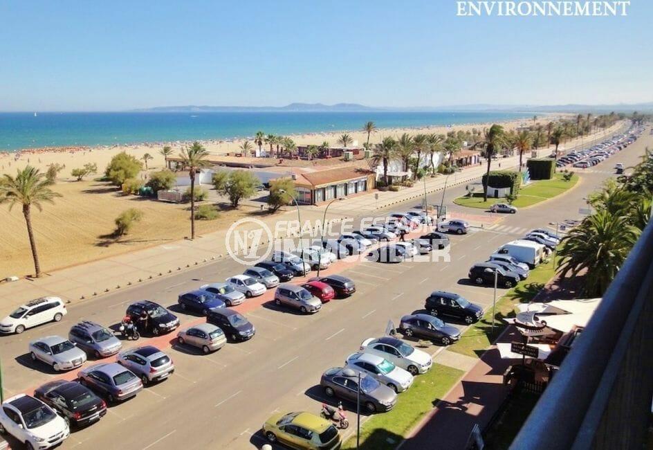 parking public avec de nombreueses places face à la plage d'empuriabrava