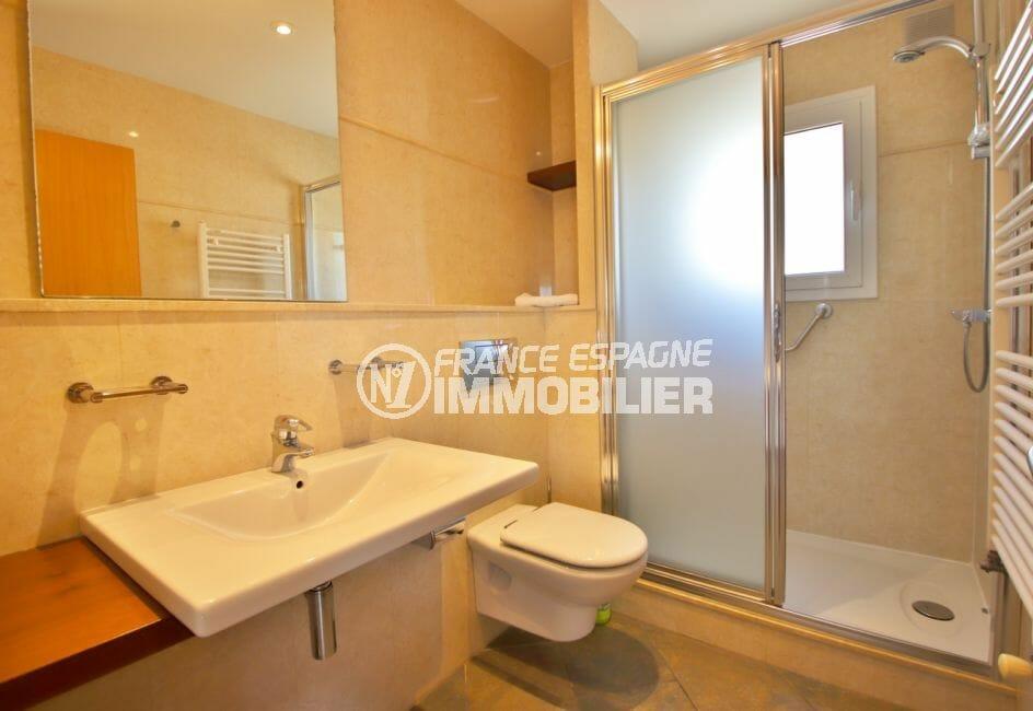 immobilier espagne bord de mer: villa 294 m² en 3 appartements avec piscine, salle d'eau avec douche et wc