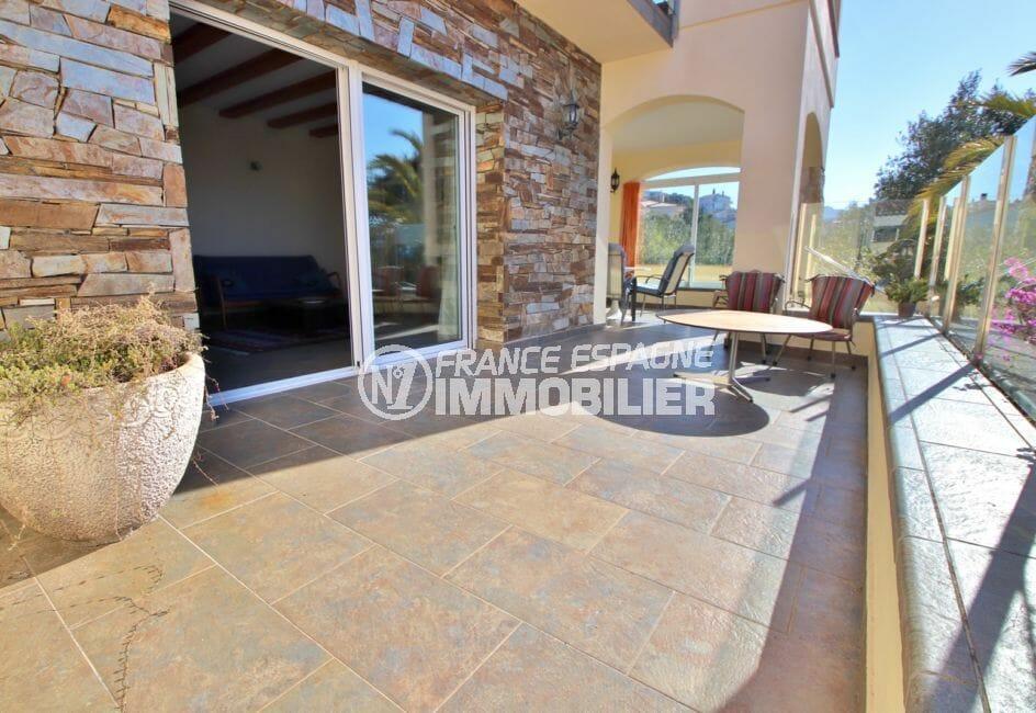 vente maison costa brava, 294 m² en 3 appartements avec piscine, belle terrasse, table et fauteuils