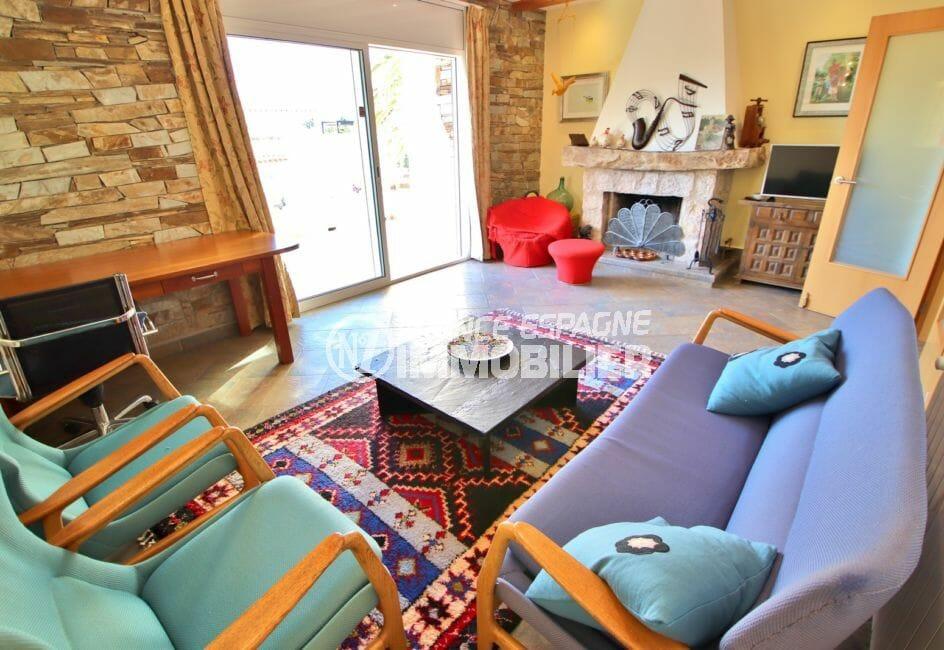 acheter maison costa brava, 294 m² en 3 appartements avec piscine, séjour avec terrasse et cheminée