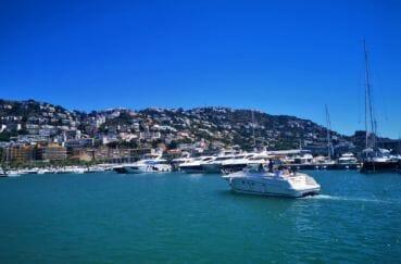 port de roses avec ses bateaux et cette splendide vue sur la montagne