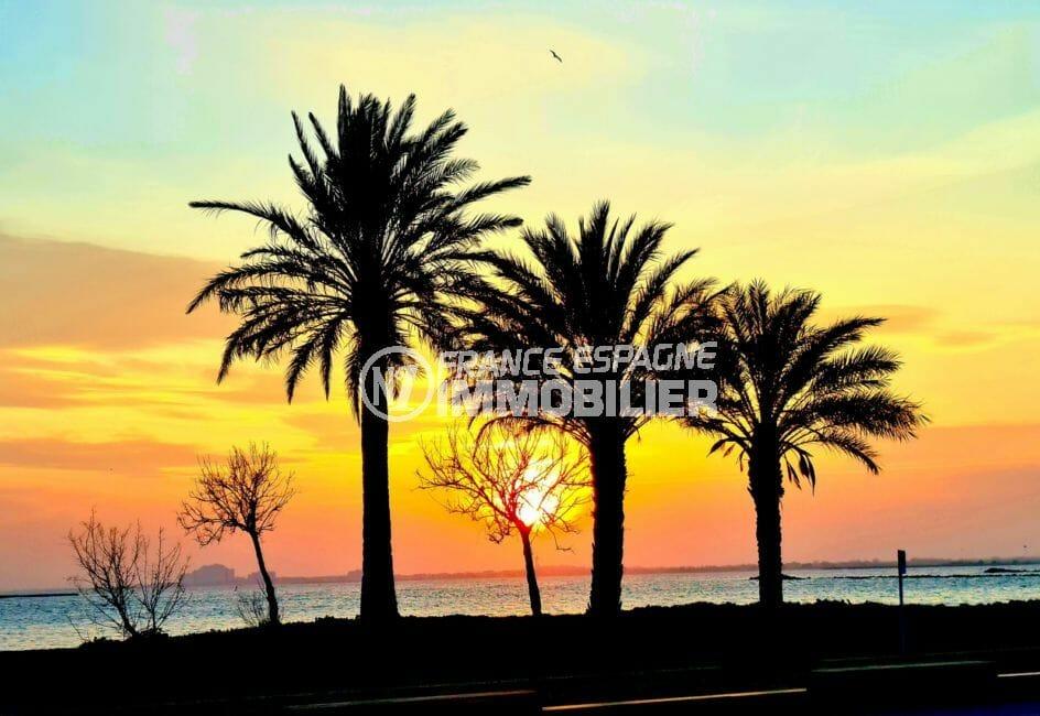 un beau soir d'été, somptueux coucher de soleil sur la plage de roses