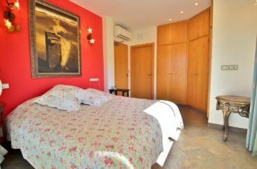 immo costa brava: villa 294 m² en 3 appartements avec piscine, chambre avec grande armoire encastrée