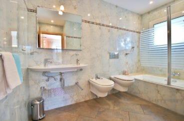 agence immobiliere costa brava: villa 294 m² en 3 appartements avec piscine, salle de bain avec baignoire et wc