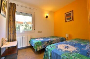 agence immobilière costa brava: villa 294 m² en 3 appartements avec piscine, grande chambre, lit simple et double
