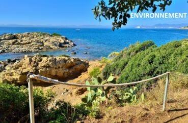 petit chemin pour une randonnée ensoleillée le long de la mer à roses
