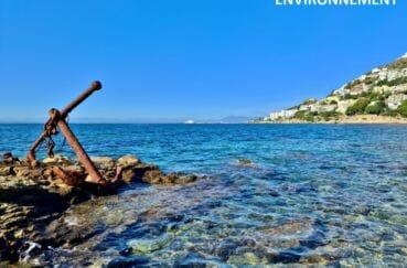 vielle ancre de bateaux sur un rocher, mer de roses