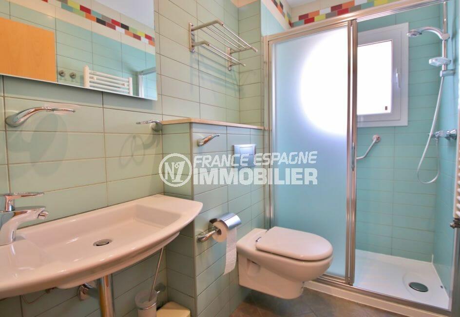 rosas immo: villa 294 m² en 3 appartements avec piscine, salle d'eau avec douche, wc et porte serviettes