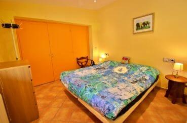 achat maison rosas espagne, 294 m² en 3 appartements avec piscine, chambre avec penderie et lit double