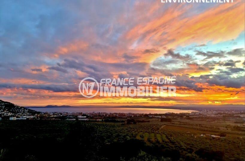 magnifique coucher de soleil sur la commune de roses et ses environs