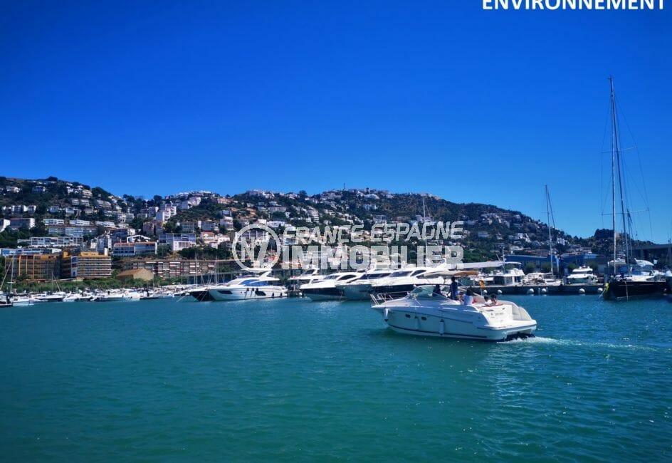 la baie de roses et ses bateaux à voile ou à moteur sur le port de plaisance