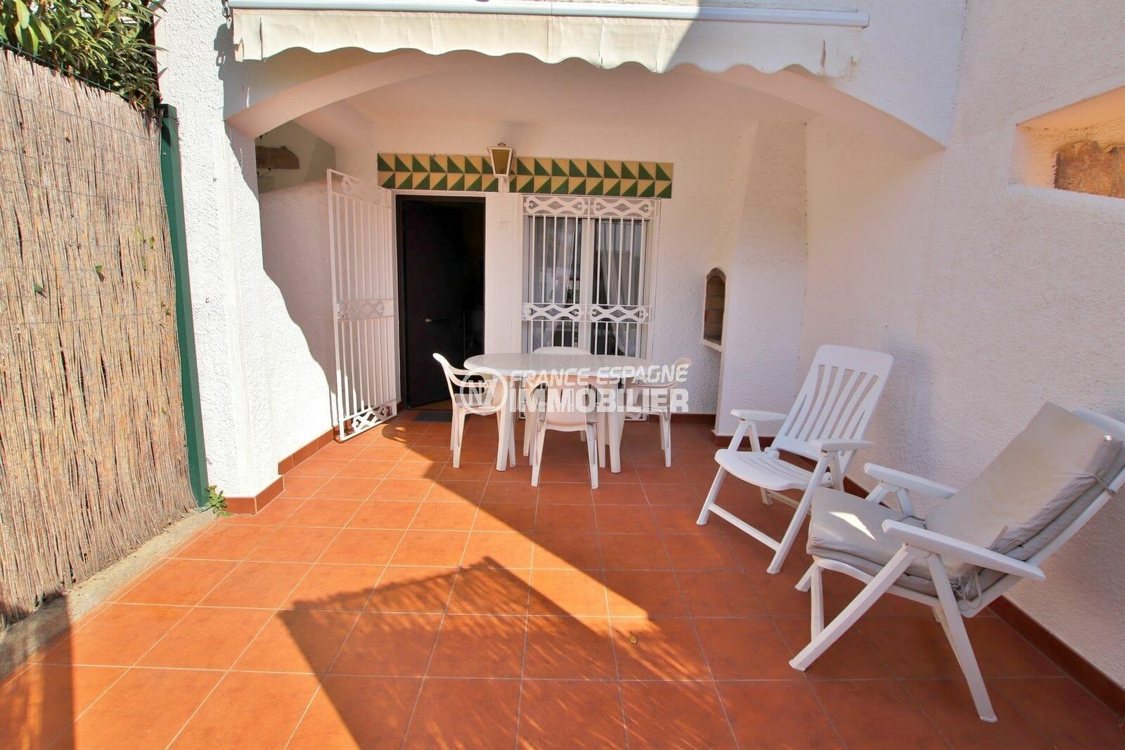 immo roses: villa rénovée 74 m² 2 chambres, dont une avec terrasse, piscine communautaire, plage et commerces 2300 m