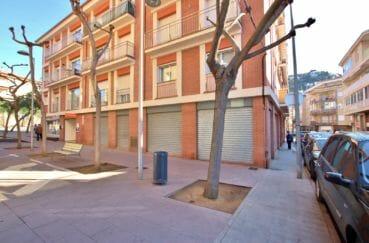 vente immobilière rosas: investissement local commercial de 157 m², une place de parking, centre ville