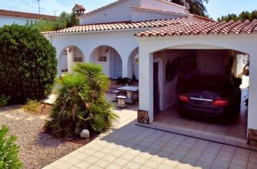 amarre empuriabrava: villa 208 m² avec amarre, garage 26 m² et parking cour intérieure