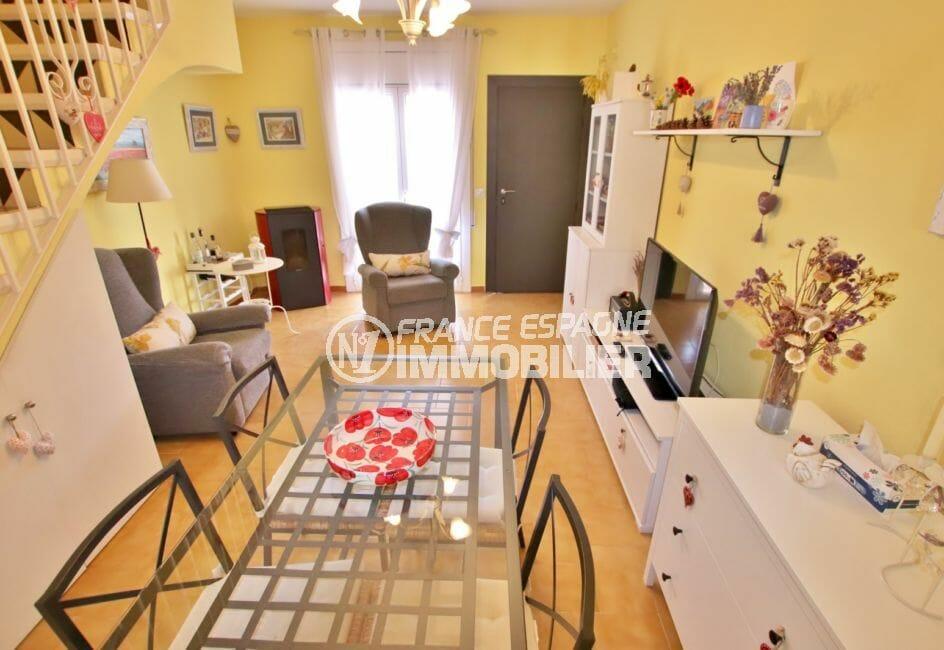 vente immobiliere rosas espagne: villa 74 m² avec 2 chambres, salon et escalier menant aux chambres