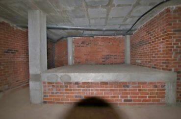 immo roses: parking-garage 157 m² avec une place de parking en sous-sol